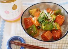 サーモン&アボカドのはちみつユッケ丼